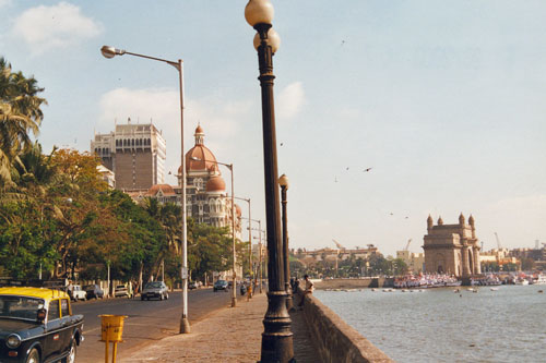 Blick vom Hotel zum Gateway of India in Bombay