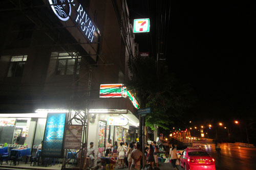 7 eleven Thanon Ratchawithi / Ecke Soi Charansanitwong